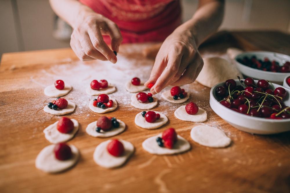 приготовление вареников с ягодами