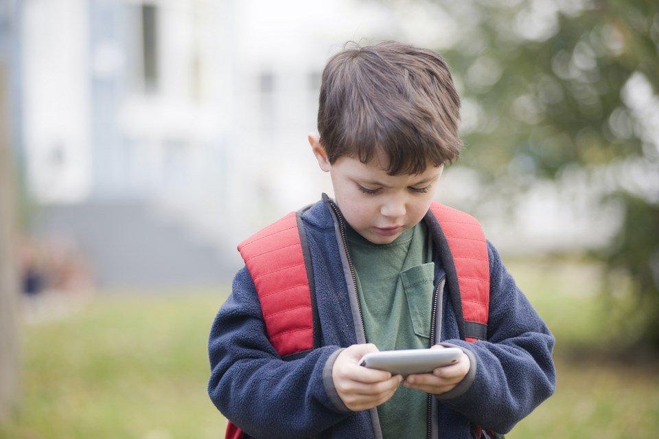 первоклассник со смартфоном в руках