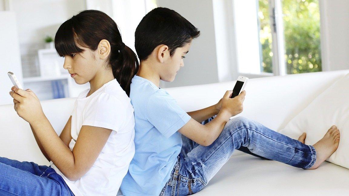 дети играют на телефоне
