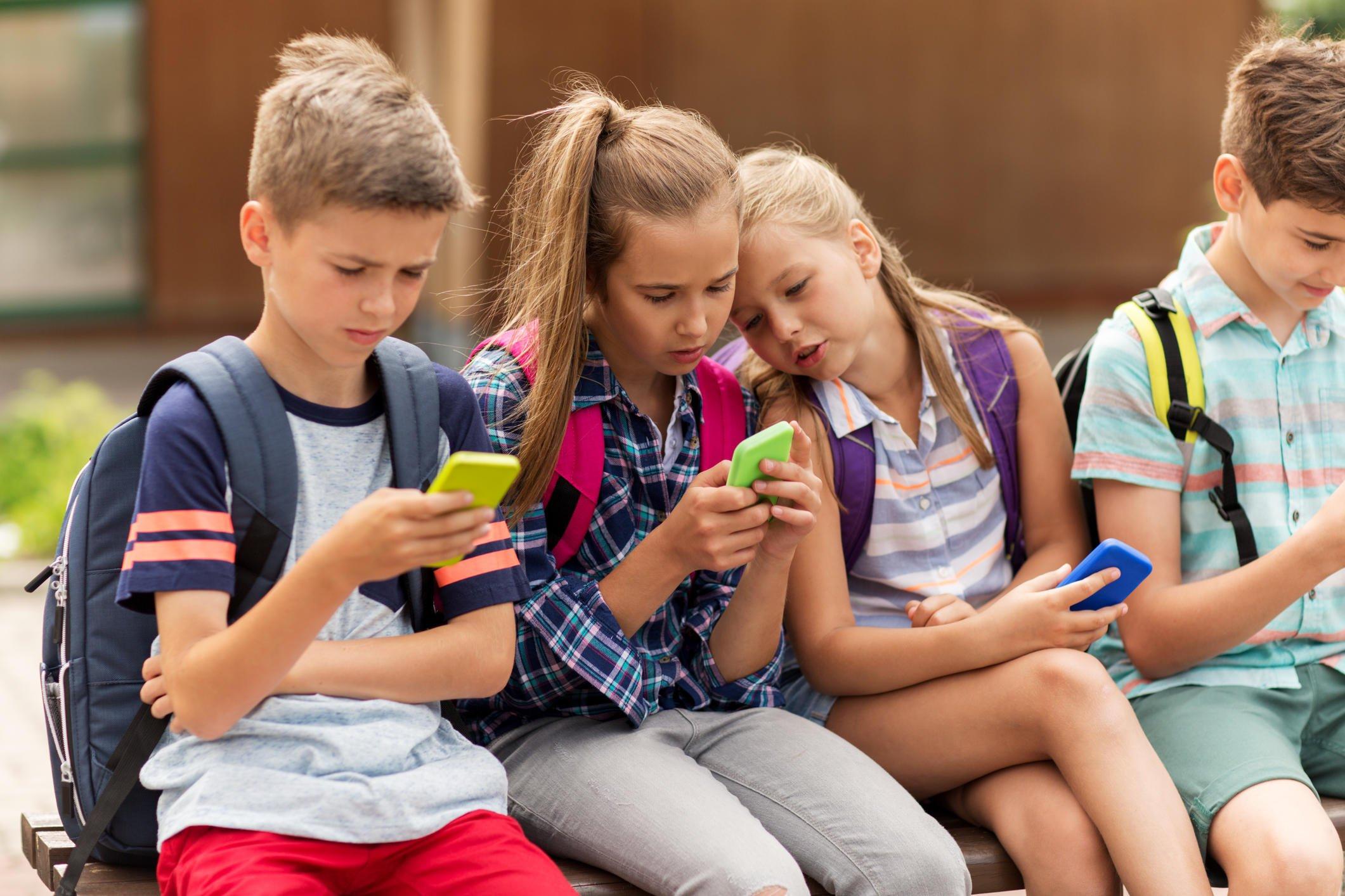 подростки залипают в смартфонах