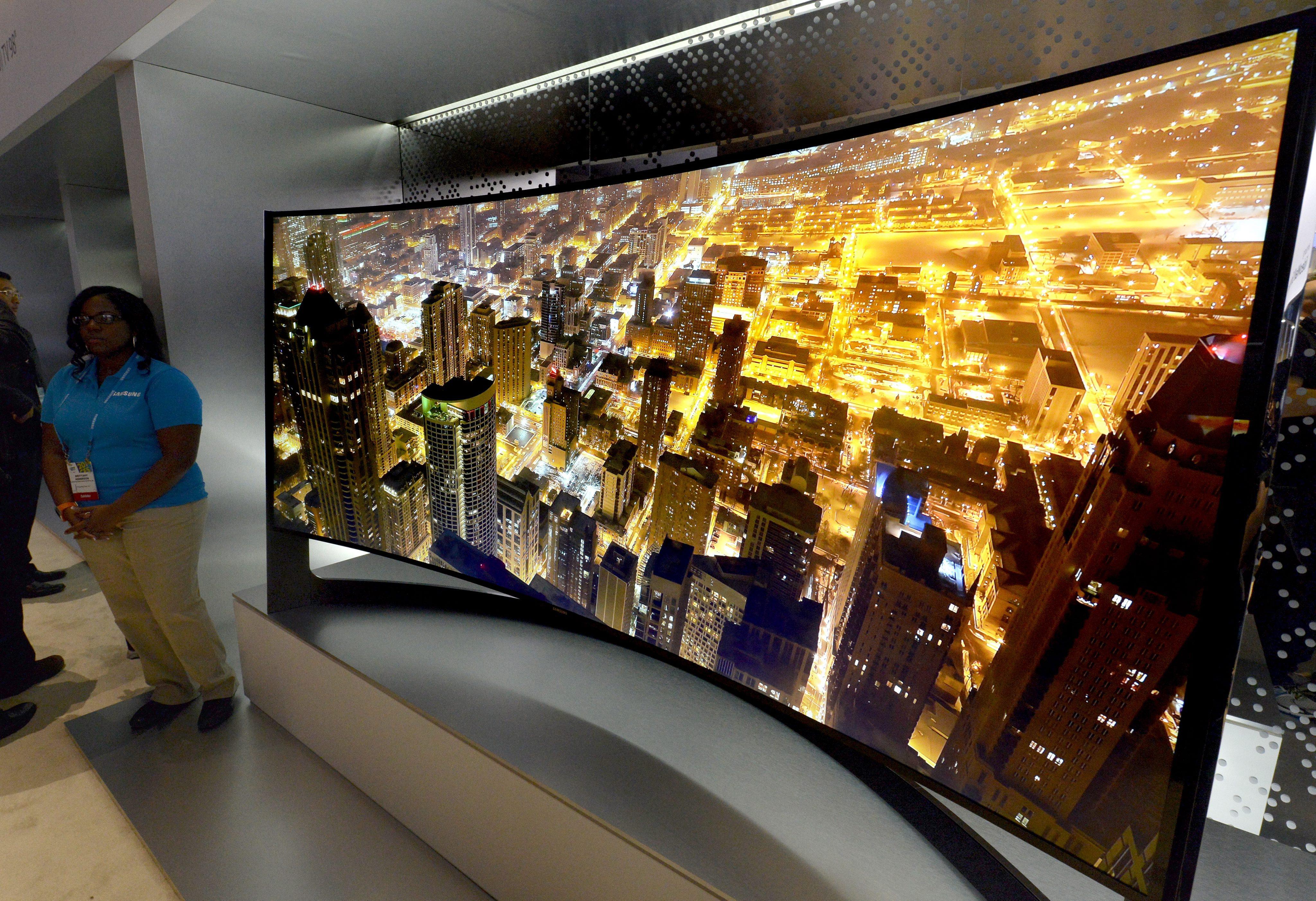 огромный изогнутый телевизор